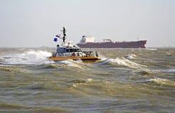 Un bateau pilote dans la tempête Image stock
