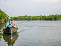 Un bateau portent le touriste autour des eaux de palétuvier dans le palétuvier Forest Conservation photo stock