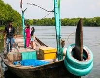 Un bateau portent le touriste autour des eaux de palétuvier dans le palétuvier Forest Conservation photographie stock
