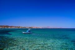 Un bateau s'est accouplé par une île en Grèce photos libres de droits