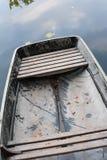 Un bateau sur l'eau d'automne de l'étang Images libres de droits