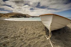 Un bateau sur la plage Images stock