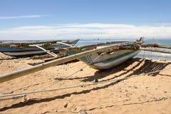Un bateau sur une plage Photographie stock libre de droits
