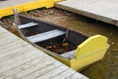 Un bateau utilisé âgé fait main en bois sur le Ne frais froid de l'eau de lac photographie stock libre de droits