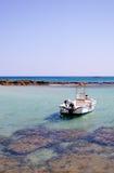 Un bateau vide en mer Image stock