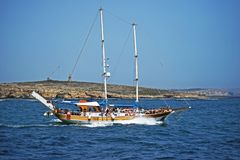 Un battello da diporto con i lotti dei turisti a bordo della direzione di nuovo al mare fotografia stock libera da diritti