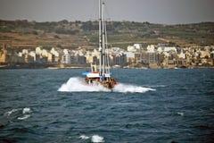 Un battello da diporto con i lotti dei turisti a bordo della direzione di nuovo al mare fotografie stock libere da diritti