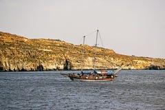 Un battello da diporto marrone sul mar Mediterraneo fotografia stock libera da diritti