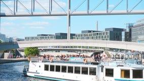 Un battello da diporto naviga nel centro di Berlino lungo la baldoria del fiume stock footage