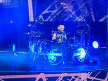 Un batterista sul lavoro ad un concerto degli scorpioni in San Pietroburgo fotografie stock
