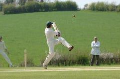 Un batteur de cricket heurtant la bille Images stock