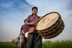 Un batteur Playing Drum dans le festival de Gajan image stock