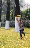 Un bébé heureux sautant Image stock