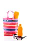 Un beachbag avec la protection solaire Photo libre de droits