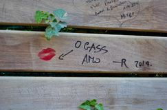Un beau baiser rouge sur la barrière en bois à Barcelone Image libre de droits