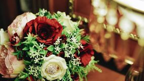 Un beau bouquet des fleurs est sur la table de chevet à côté du lampadaire Beau plan rapproch? dans le mouvement banque de vidéos