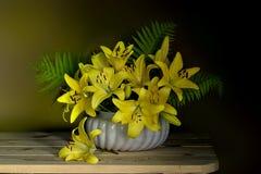 Un beau bouquet des lis sur un fond vert brun image stock
