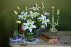 Un beau bouquet des lis sur un fond vert brun images stock