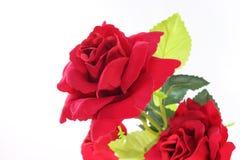 Un beau bouquet des roses rouges artificielles sur le blanc a isolé le fond Concept d'amour et de romance Photos stock