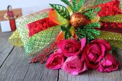Un beau bouquet des roses rouges avec le ruban sur le vieux fond de conseil en bois Jour du ` s de Valentine ou concept romantiqu Photo stock