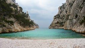 Un beau calanque avec de l'eau parfait turquoise Photographie stock libre de droits