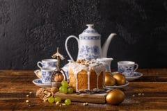 Un beau casse-noix d'ensemble et d'antiquité de café de vintage sur une table décorée pour Pâques Gâteau et traditio faits maison photos libres de droits