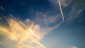 Un beau ciel bleu avec quelques nuages de couleur crépusculaire Images libres de droits
