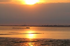 Un beau coucher du soleil au-dessus de l'eau en été photo libre de droits