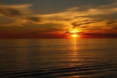 Un beau coucher du soleil au-dessus du lac Érié photo libre de droits