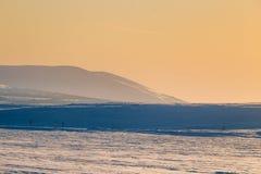 Un beau coucher du soleil coloré d'hiver Lumière chaude de soirée au-dessus des montagnes Photos stock