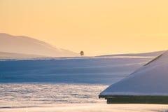 Un beau coucher du soleil coloré d'hiver Lumière chaude de soirée au-dessus des montagnes Image libre de droits