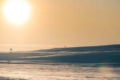 Un beau coucher du soleil coloré d'hiver Lumière chaude de soirée au-dessus des montagnes Photo libre de droits