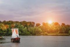 Un beau coucher du soleil d'or sur la rivière Photo stock