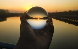 Un beau coucher du soleil dans Crystal Ball Lens images libres de droits
