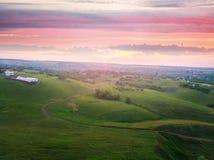 Un beau coucher du soleil dans les collines Image libre de droits