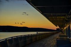 Un beau coucher du soleil sur l'océan d'un bateau de croisière image libre de droits