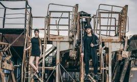 Un beau couple à la mode se tient sur les escaliers rouillés en métal Photographie stock