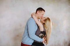 Un beau couple dans l'amour ayant le grands temps et étreindre Image libre de droits