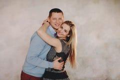 Un beau couple dans l'amour ayant le grands temps et étreindre Images libres de droits