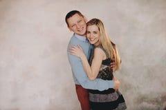 Un beau couple dans l'amour ayant le grands temps et étreindre Photo stock