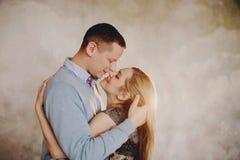 Un beau couple dans l'amour ayant le grands temps et étreindre Images stock