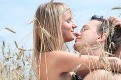 Un beau couple dans le domaine de blé Image libre de droits