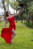 Un beau faucon hispanique de Poses Outdoors With A de mod?le de brune ? une Hacienda images stock