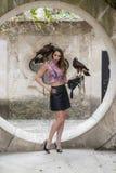 Un beau faucon hispanique de Poses Outdoors With A de mod?le de brune ? une Hacienda image libre de droits