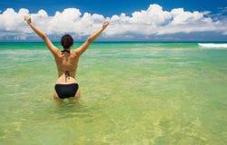 Un beau femme dans l'océan Images libres de droits