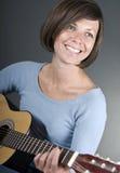 Un beau femme mûr joue la guitare Image libre de droits