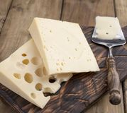 Un beau fromage suisse avec des trous, des laitages utiles Nourriture savoureuse Photo de style campagnard Place pour le texte Co images libres de droits