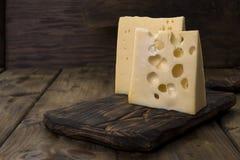 Un beau fromage suisse avec des trous, des laitages utiles Nourriture savoureuse Photo de style campagnard Place pour le texte Co image libre de droits
