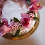 Un beau gâteau de mariage de vintage avec des fleurs Photographie stock libre de droits