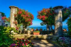 Un beau jardin au coucher du soleil en villa Rufolo, Ravello, Italie Photos libres de droits